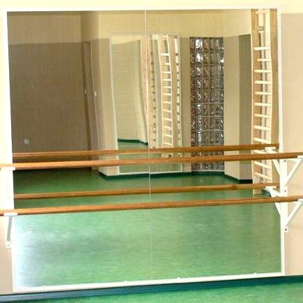 Nástenné zrkadlo s dvojitými madlami