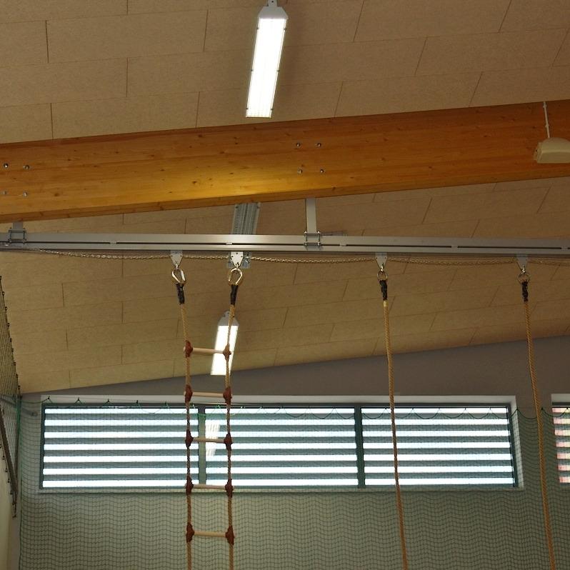 Szyna jezdna do zawieszania lin, drabin, kółek gimnastycznych