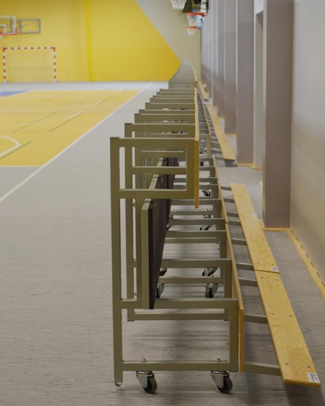 Trybuna z kółkami na tylnej ścianie