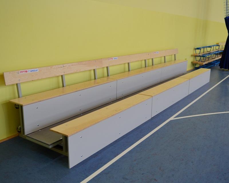Trybuna MGZT z kółkami na tylnej ścianie