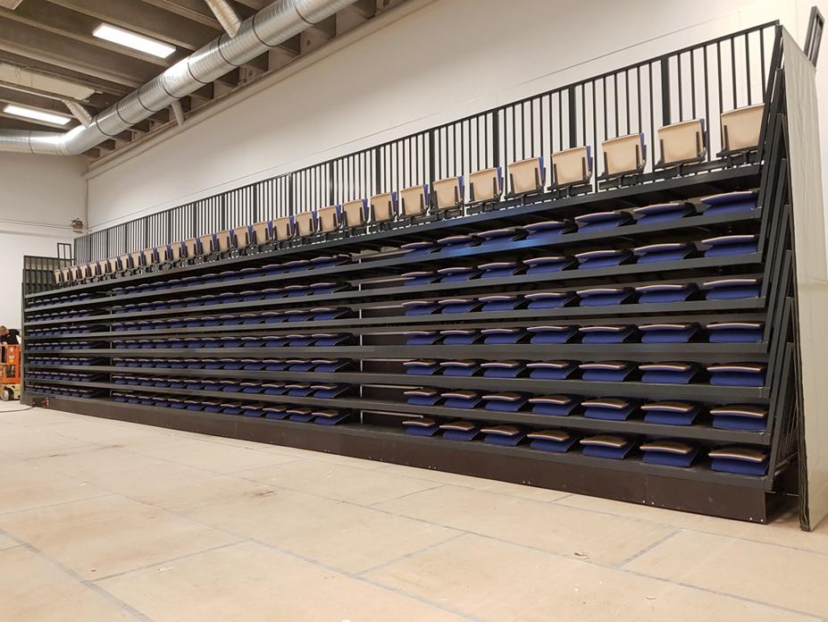 Trybuna składana elektrycznie z siedziskami składanymi grawitacyjnie